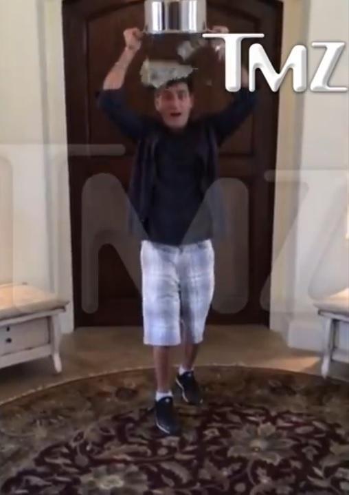 18.ago.2014 - Charlie Sheen vira um balde de dólares na cabeça para cumpri o desafio do balde de gelo, mania entre as celebridades