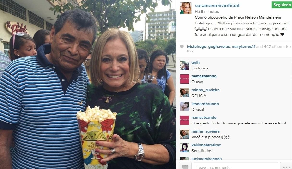 18.ago.2014- Susana Vieira posa com pipoqueiro em praça de Botafogo, zona sul do Rio:
