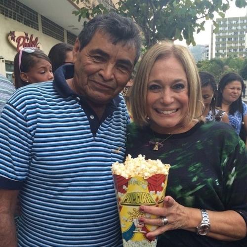 """18.ago.2014- Susana Vieira posa com pipoqueiro em praça de Botafogo, zona sul do Rio: """"Melhor pipoca com bacon que já comi! Espero que sua filha Marcia consiga pegar a foto aqui para o senhor guardar de recordação"""", escreveu a atriz no Instagram"""