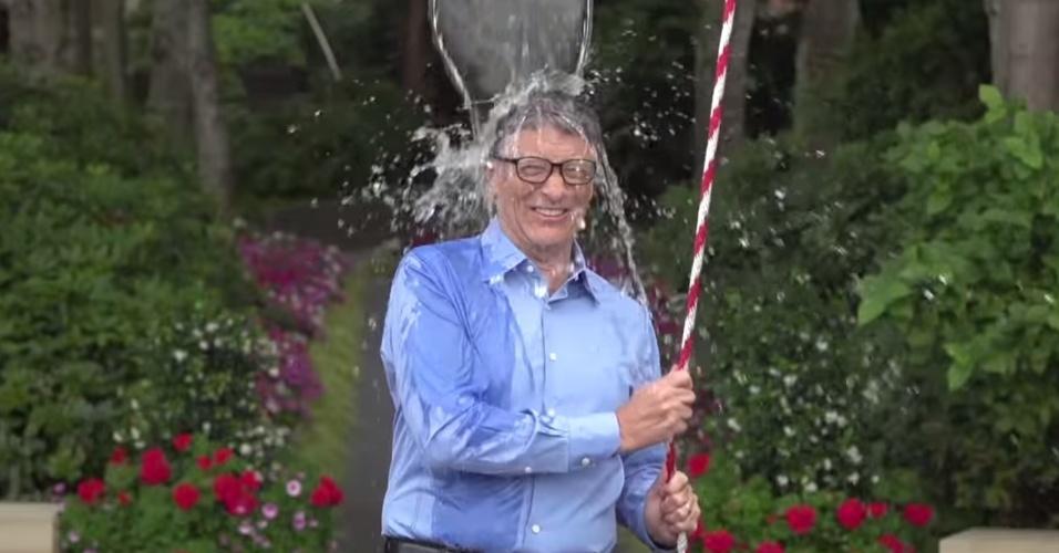 Bill Gates, desafiado por Mark Zuckerberg, usou a criatividade para o seu banho gelado e armou uma engenhoca que entrava em ação ao puxar uma corda