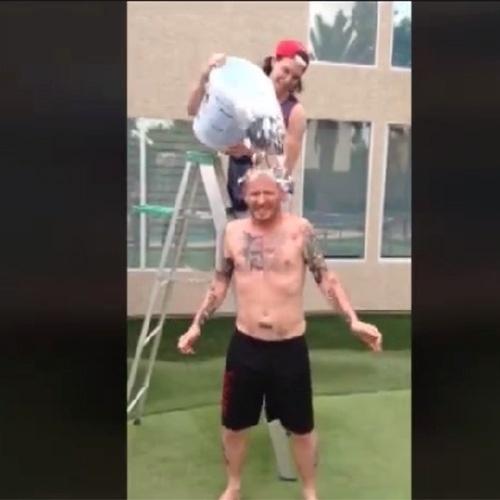 Corey Taylor, vocalista da banda Slipknot, também aderiu a campanha do desafio do gelo