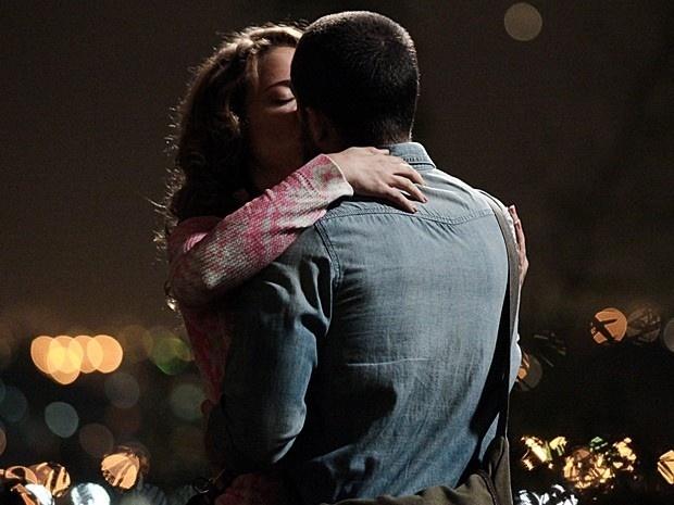 Cristina e Vicente se beijam ao lembrarem de momentos da infância que partilharam
