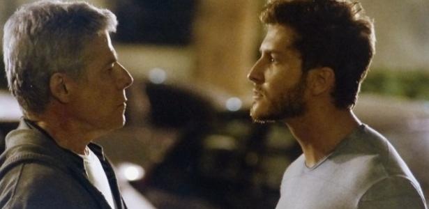 """Em """"Império"""", Léo e Claudio discutem a relação no meio da rua"""