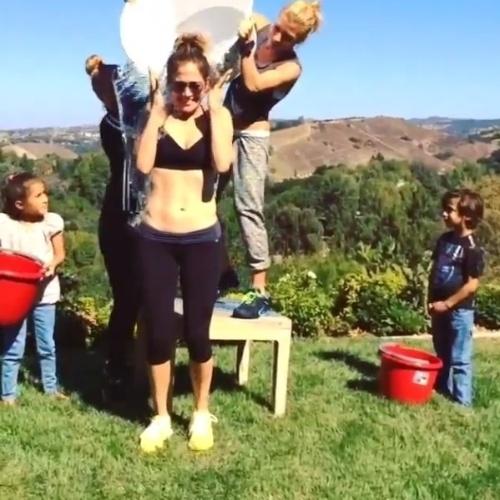 Jennifer Lopez também entrou na brincadeira do água gelada