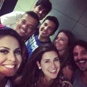 Alinne Rosa postou uma foto ao lado de Fernanda Paes Leme e de amigos de Neymar em Barcelona