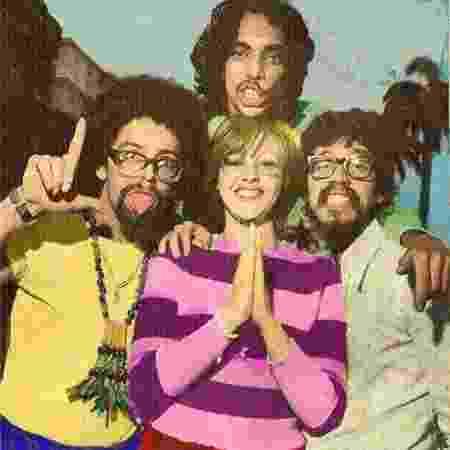 """Edy Star (blusa amarela), Raul Seixas (à direita), Sérgio Sampaio (acima) e Miriam Batucada na época do álbum """"Sociedade da Grã-Ordem Kavernista Apresenta Sessão das 10"""" (1971) - Reprodução - Reprodução"""