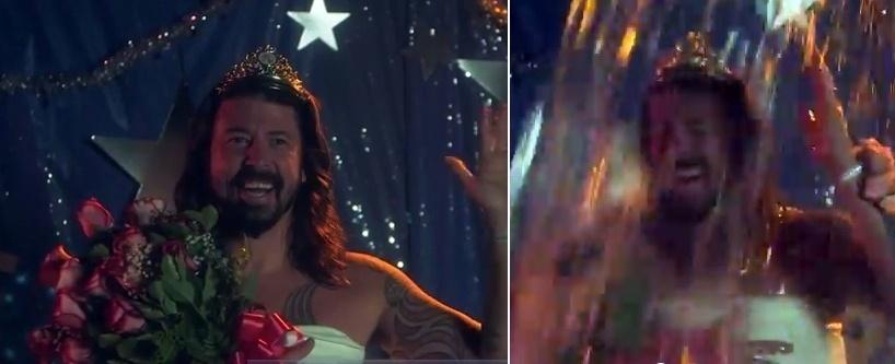 """19.ago.2014 - Integrantes do Foo Fighters aceitaram o desafio do balde de gelo e fizeram uma paródia do filme """"Carrie, a Estranha"""