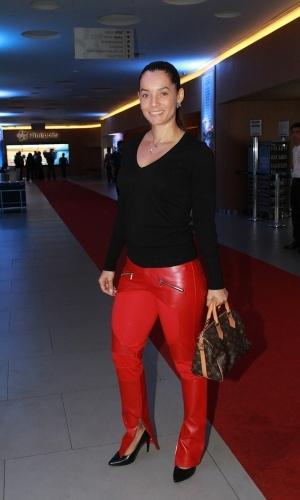"""19.ago.2014- De calça vermelha, Mônica Carvalho mostra que está em ótima forma no lançamento do filme """"Os Mercenários 3"""" em São Paulo"""