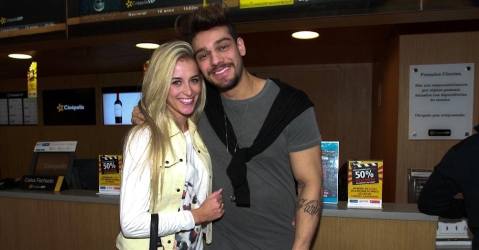 """19.ago.2014 - Lucas Lucco chegou acompanhado de uma loira na pré-estreia do filme """"Os Mercenários 3"""". Ao ser perguntando quem era, o cantor só respondeu o nome da jovem: """"Lorena"""""""
