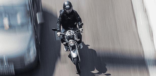Moto é mais limitada, em tamanho e segurança, e exige maior habilidade na condução - Apu Gomes/Folhapress - 26-08-2013