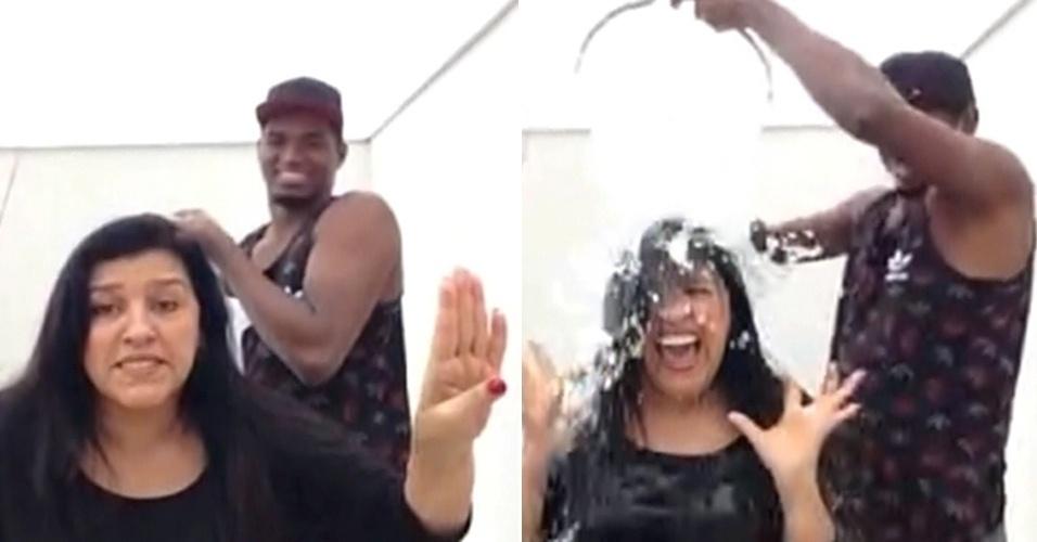 """Regina Casé entrou na brincadeira do balde de gelo em participação ao vivo no """"Encontro com Fátima Bernardes"""". Antes de ficar inteira molhada, a apresentadora escolheu Chay Suede e Mussunzinho para o desafio"""