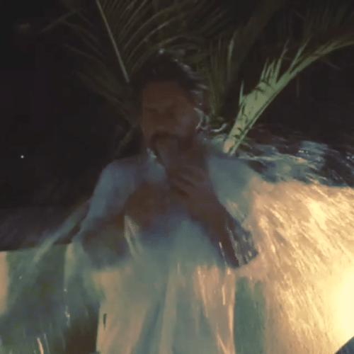 """19.ago.2014 - Alexandre Nero aceitou o desafio do """"Ice Bucket"""" e foi molhado por um balde d'água enquanto narrava um poema"""