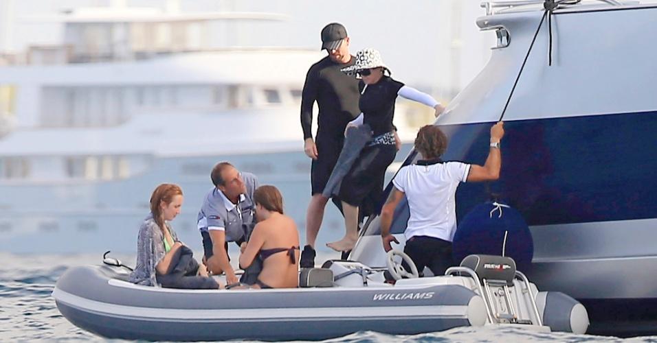 19.ago.2014 - Com chapéu, bermuda e mangas compridas, Madonna entra em barco em Ibiza, na Espanha