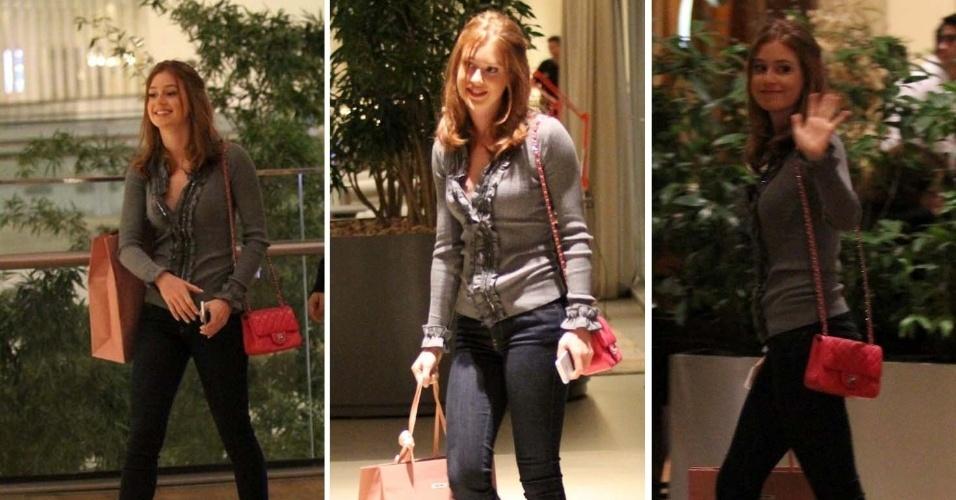 19.ago.2014 - Marina Ruy Barbosa aparece sorridente caminhando pelos corredores do Shopping na Barra da Tijuca - RJ