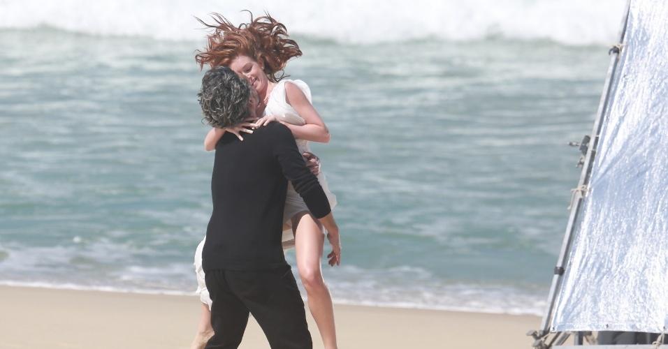 """20.ago.2014 - Alexandre Nero e Marina Ruy Barbosa gravam cenas quentes na praia da Reserva, no Rio de Janeiro, para a novela """"Império"""""""