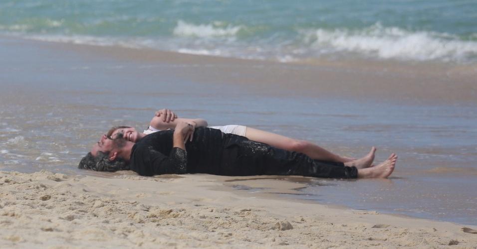 """20.ago.2014 - Alexandre Nero e Marina Ruy Barbosa gravam romance entre seus personagens José Alfredo e a amante, Maria Ísis, na praia da Reserva, no Rio de Janero, para a novela """"Império"""""""