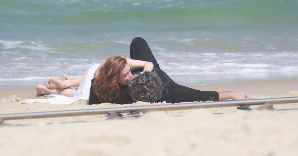 """20.ago.2014 - Alexandre Nero e Marina Ruy Barbosa se beijam em gravações na praia da Reserva, no Rio de Janero, para a novela """"Império"""""""