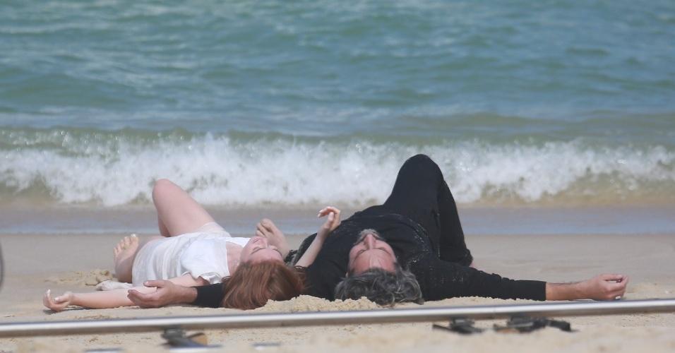 """20.ago.2014 - Deitados na areia, Alexandre Nero e Marina Ruy Barbosa cenas de romance entre seus personagens na novela """"Império"""""""