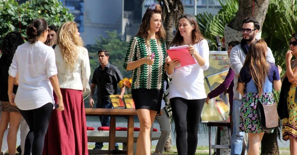 """20.ago.2014 - Guilhermina Guinle e Mônica Martelli gravam a série """"Os Homens São de Marte... E é Pra Lá Que Eu Vou"""" na Lagoa Rodrigo de Freitas, no Rio de Janeiro"""
