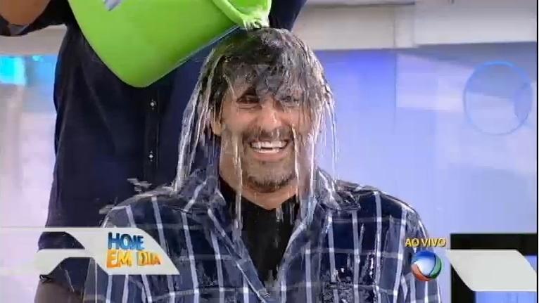 20.ago.2014 - Irmão de portadora da doença esclerose lateral amiotrófica (ELA), ator e apresentador Luciano Szafir aceita o desafio do gelo