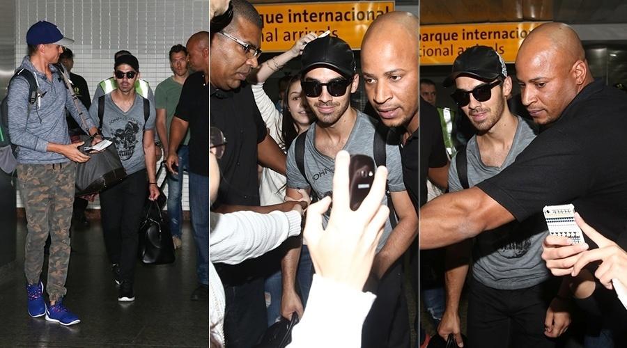 20.ago.2014 - Joe Jonas desembarcou no aeroporto internacional de Guarulhos, em São Paulo. O cantor foi recebido por fãs e causou tumulto no local