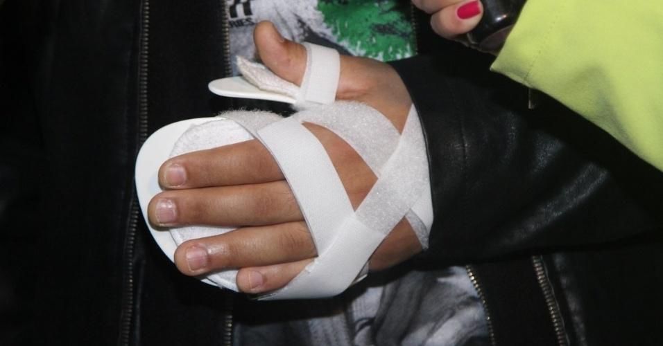 20.ago.2014 - O cantor Belo apareceu na gravação do DVD de Simony com uma tala na mão esquerda