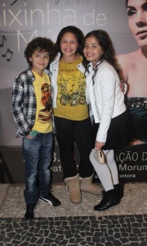 20.ago.2014 - Os atores mirins  Guilherme Seta e Stefany Vaz acompanham a amiga Aysha Beneli no show de sua mãe Simony, em uma casa de shows em São Paulo