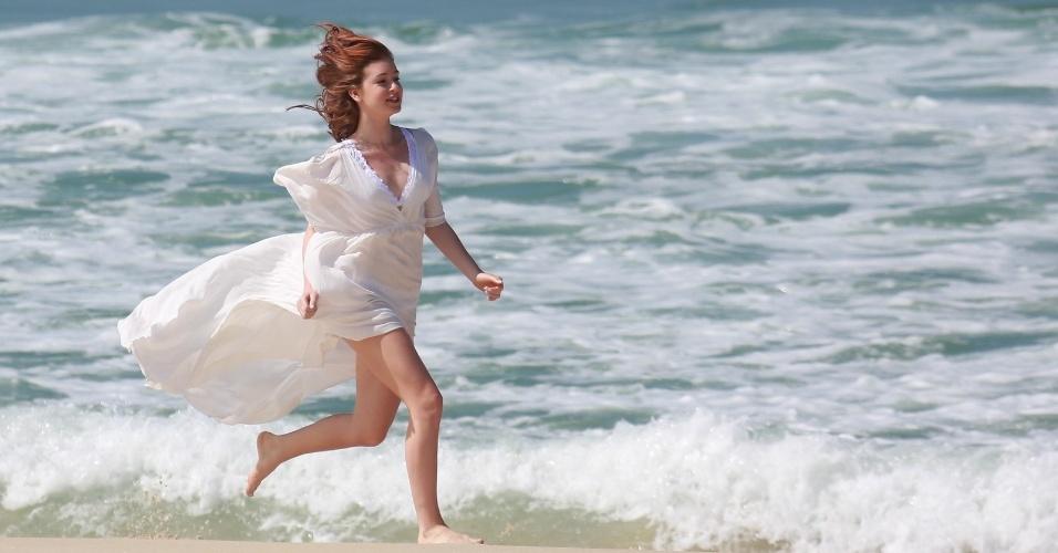 """20.ago.2014 -20.ago.2014 - Marina Ruy Barbosa grava cenas de sua personagem Maria Ísis na praia da Reserva, no Rio de Janeiro, para a novela """"Império"""""""