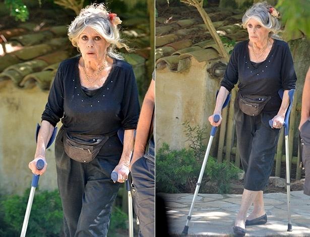 Ago.2014 - Aos 79 anos, Brigitte Bardot aparece de muletas em Saint-Tropez, na França