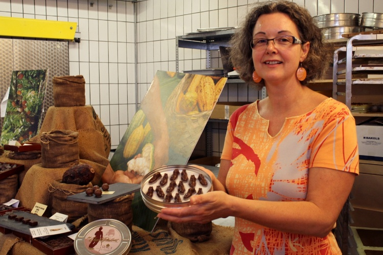 Aude Poyet é uma das proprietárias da loja que fabrica chocolates em homenagem a Charles Chaplin, um dos personagens do mundo do entretenimento que faz parte da história de Vevey, na Riviera de Montreux, na Suíça