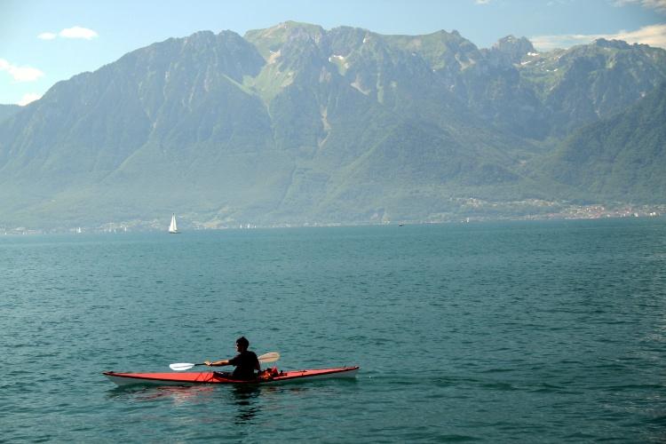 Praias e esportes como canoagem são algumas das opções de atividades que podem ser feitas na Riveira de Montreux, na Suíça, durante o verão. Na foto, Lago Genebra visto de calçadão de Vevey, um dos destinos da região