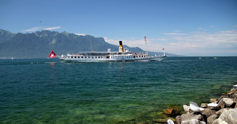 Barcos a vapor com rodas de pás do período da Belle Époque realizam viagens a destinos como Lausanne, Chillon, Montreux e Vevey, na Riviera de Montreux, na Suíça
