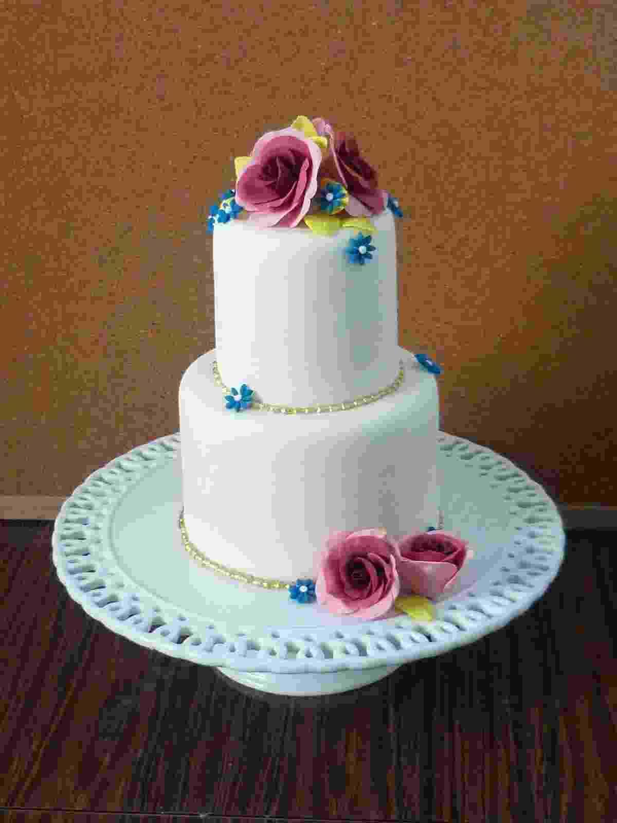 Bolo de dois andares com flores de açúcar coloridas - Divulgação