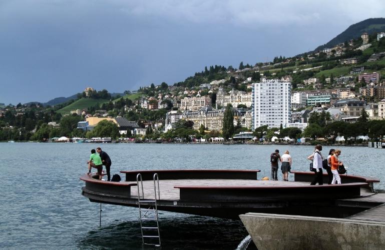 Centro de Montreux visto a partir do calçadão que margeia o Lago Genebra, na Suíça