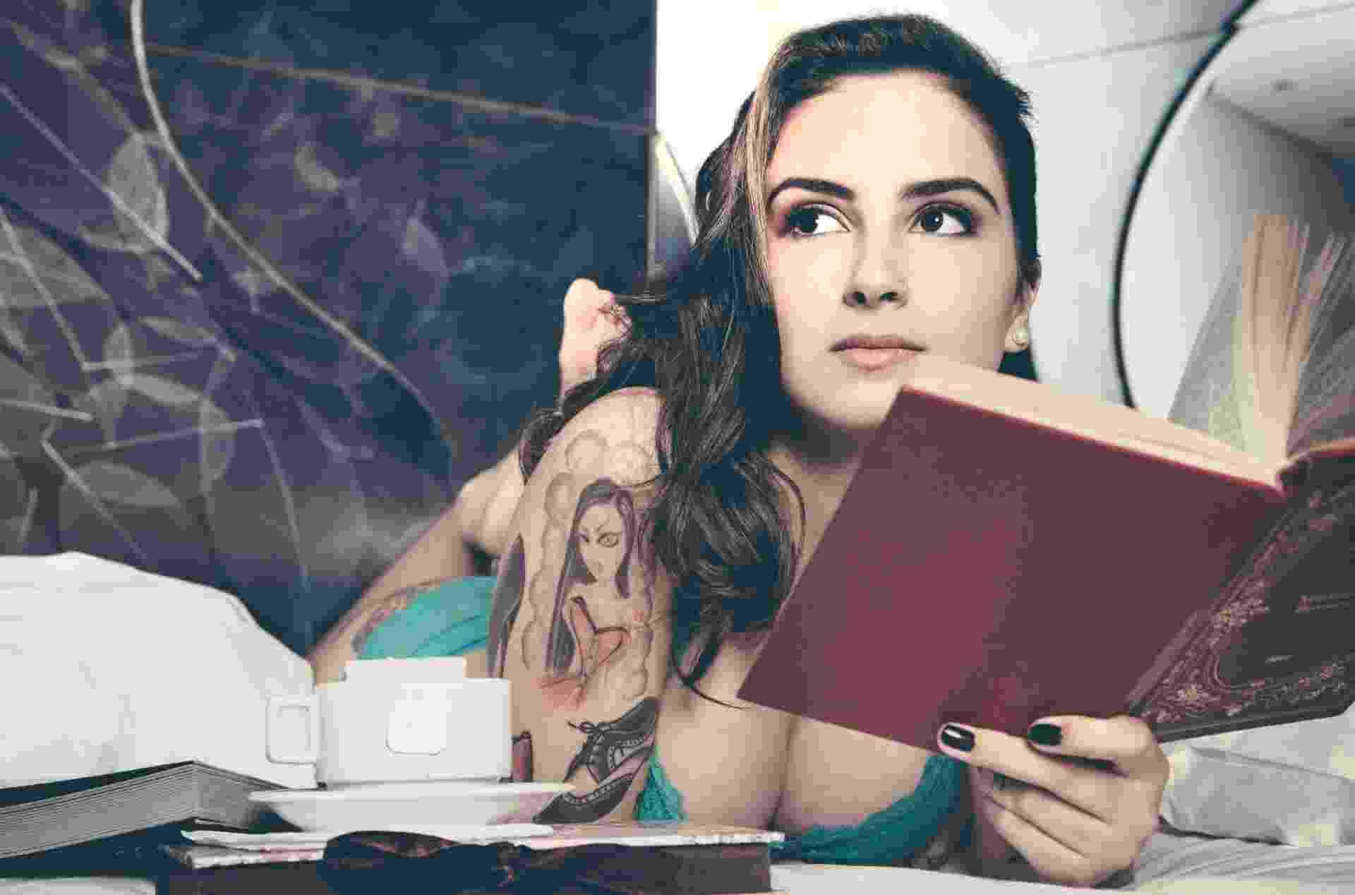 """Lola Benvenutti, garota de programa e autora do livro """"O Prazer é Todo Nosso"""" (2014) - Victor Daguano/Divulgação"""