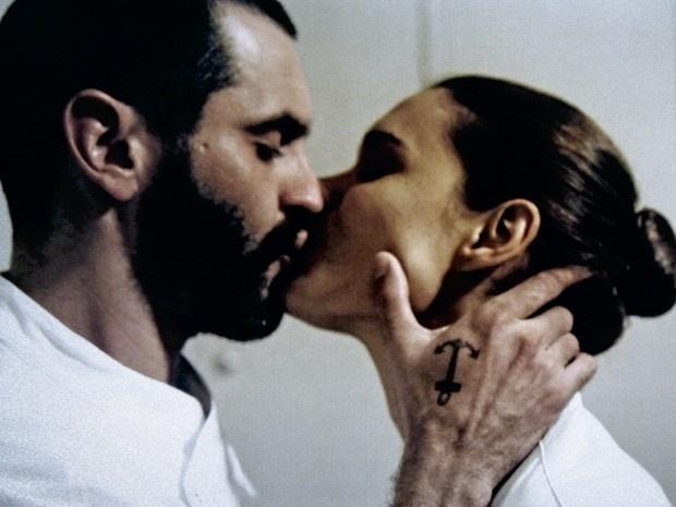 Ludmila fica com Fininho na despensa para não ser descoberta pelo namorado, Pierre