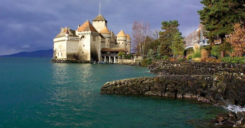 O Castelo de Chillon, em Veytaux, é uma construção amuralhada do século 13 que funciona como museu e é uma das atrações mais populares entre os viajantes que visitam a região de Montreux, na Suíça