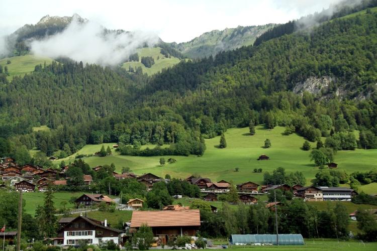 Paisagem rural da Suíça é o destaque do roteiro panorâmico de trem que o viajante pode realizar em Montreux