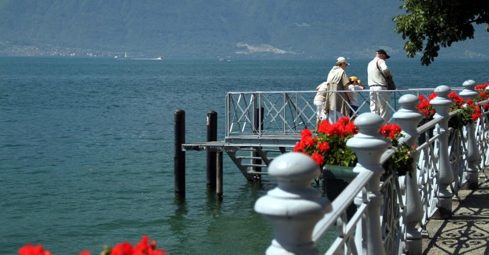 Lago Genebra visto de calçadão de sete quilômetros que conecta Vevey e Montreux, um dos destinos da Riveira de Montreux, na Suíça