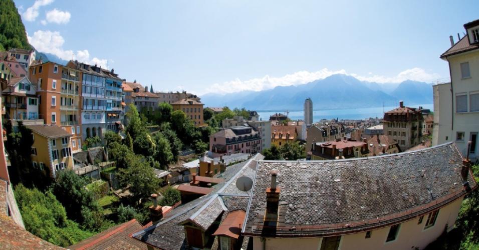 Protegida pela baía de Genebra, de onde se vê ao fundo os picos nevados dos Alpes, a Riviera de Montreux possui clima ameno de ares mediterrâneos e é conhecido como a Côte d'Azur da Suíça, em referência a esse destino do litoral sul da França