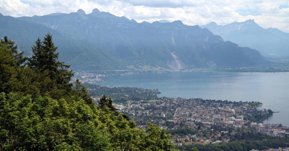 Riviera de Montreux vista a partir do mirante localizado do Le Chalet, restaurante que fica no Mont-Pèlerin, em Vevey. O local pode ser acessado a bordo de funiculares que passam pelos vinhedos de Lavaux, Patrimônio Mundial da Humanidade, pelo vilarejo de Chardonne e pelas florestas no sopé do Mont Pèlerin