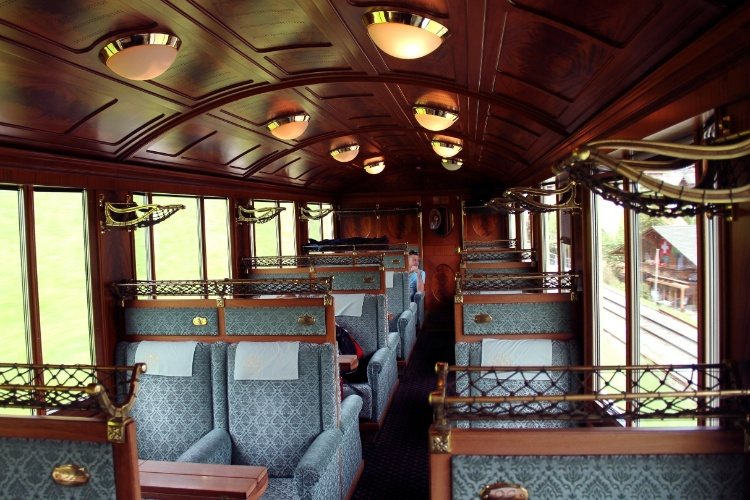 Vista do interior de um dos vagões do GoldenPass Line, rota ferroviária que vai de Lucerna a Montreux, considerado o primeiro roteiro panorâmico do mundo