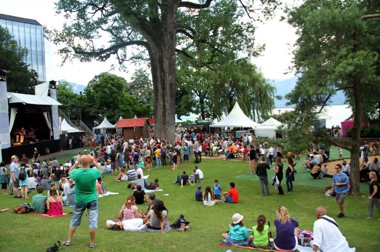 Vista do Parc Vernex, parque que conta com programação gratuita de shows de jazz tradicional, indie pop e rockabilly, durante o Montreux Jazz Festival, na Suíça
