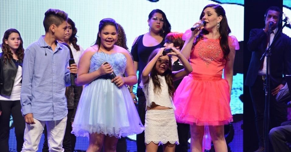 """20.ago.2014 - Os filhos também participam da gravação do DVD de 30 anos de carreira de Simony, """"Caixinha de Música"""", em um teatro na zona leste de São Paulo, na noite desta quarta-feira"""