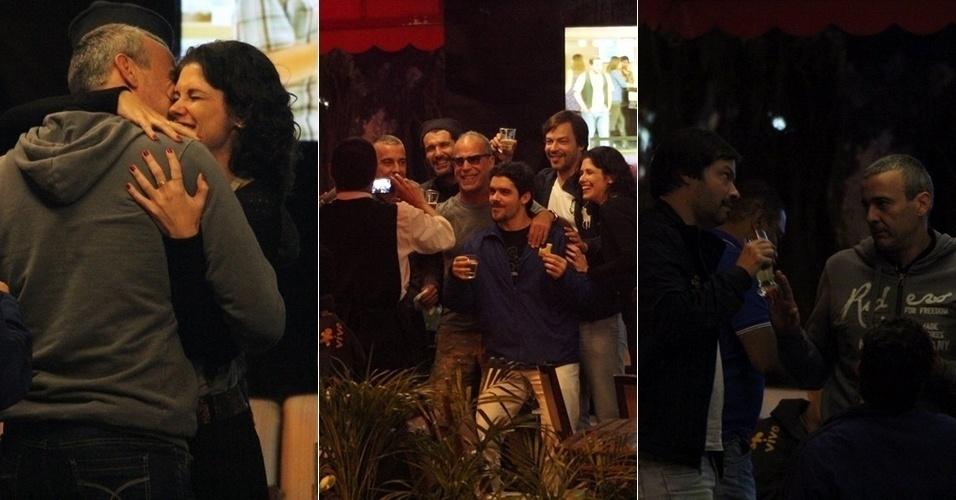 21.ago.2014 - Alexandre Borges se reúne com amigos para assistir ao jogo do Flamengo em uma pizzaria no Leblon, Zona Sul do Rio de Janeiro. Entre os famosos, estavam Nicolas Siri, Heitor Martinez, entre outros