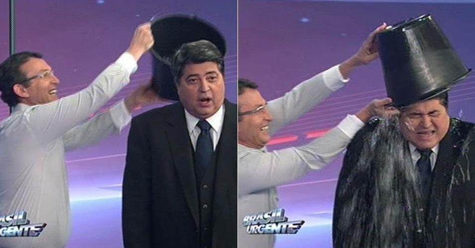 """21.ago.2014 - Datena toma banho com balde de gelo ao vivo no """"Brasil Urgente"""""""