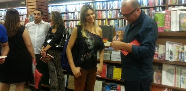 Fernanda Lima na noite de autógrafos do livro de Xico Sá, no Rio