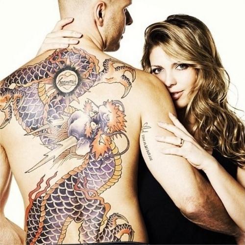 21.ago.2014 - Fernando Scherer, o Xuxa, mostra suas costas com uma tatuagem gigante, em forma de dragão, ao lado da mulher, Sheila Mello