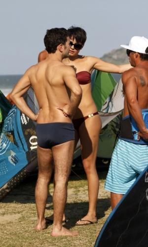 """21.ago.2014- Sophie Charlotte e Daniel de Oliveira gravam cenas de Duda e Bruno para """"O Rebu"""" na praia da Barra da Tijuca, no Rio de Janeiro"""
