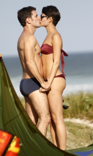 """21.ago.2014- Sophie Charlotte e Daniel de Oliveira são flagrados em clima de intimidade durante intervalo de gravações de """"O Rebu"""" na praia da Barra da Tijuca, na zona oeste do Rio"""